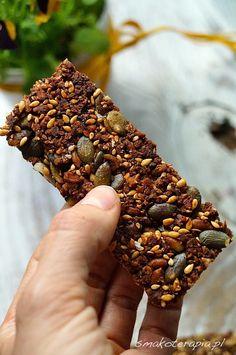 Batoników musli jeszcze u nas nie było.Arcy zdrowy skład, proste wykonanie i radość wspólnego pałaszowania słodkości z Dziecięciem.Pełen komplet! :)Zapraszamy na małe co nieco bez dodatku cukru, bez nabiału i glutenu.Słodkie przekąski które z powodzeniem mogą zastąpić drugie a nawet pierwsze śniadanie (skład taki jak w przypadku granoli śniadaniowej), idealne do piknikowego koszyczka albo na… No Cook Desserts, Gluten Free Desserts, Vegan Gluten Free, Gluten Free Recipes, Fast Healthy Meals, Healthy Sweets, Healthy Snacks, Other Recipes, Raw Food Recipes