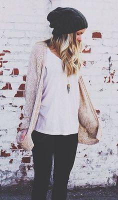 - beanie noir - liquette blanche - (jaquette fine beige) - pantalon noir - bottines noires - collier doré - montre komono