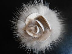 Broche fourrure vison et cuir coloris blanc et beige : Supports broches par monika-g