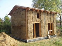 Single house made of wood frame and straw wall. Small Tiny House, Tiny House Plans, Earthship, Build Your House, Building A House, Straw Bale Construction, Earth Bag Homes, Natural Homes, Passive House