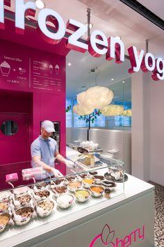 Q-berry Frozen Yogurt Shop Berlin by fl!nk.architekten Waffle Ice Cream, Gelato Ice Cream, Ice Cream Toppings, Coffee Cafe Interior, Juice Bar Interior, Cake Shop Design, Waffle Shop, Ice Shop, Kiosk