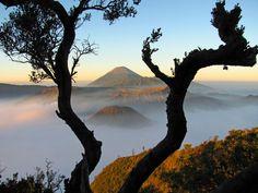 De 5 meest spectaculaire vulkanen in Indonesie. 1. De Bromo vulkaan op Java is de bekendste en meest bezochte. Geen wonder, want prachtige plaatjes te schieten.
