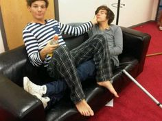 [PICS] Sexy One Direction Moments -- Nial Kisses Harry, Zayn Sees Butt & More