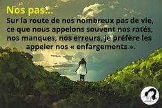 """Nos pas... Sur la route de nos nombreux pas-de-vie, ce que nous appelons souvent nos ratés, nos manques, nos erreurs, je préfère les appeler nos « enfargements ». - Image de """"Matthew Henry"""" sur Unsplash -"""