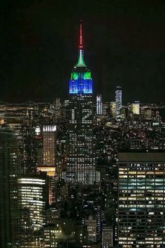 The iconic Empire State Building was wearing some Seahawks pride on Monday night in New York City. Seahawks fans used social media to illuminate the landmark building with Seahawks colors as part o… Seattle Mist, Nfl Seattle, Seattle Sounders, Seattle Seahawks, Seahawks Colors, Seahawks Fans, Seahawks Football, Blue Friday, Turn Blue