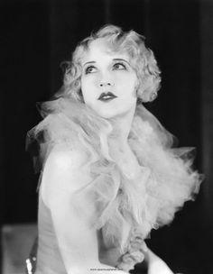 20s woman Típica expresión en la época para el posado fotográfico.