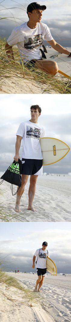 Wenn du nicht gerade auf dem Brett im Wasser auf die perfekte Welle wartest, brauchst du ein Strandoutfit, das mit Style und Bequemlichkeit punktet. Die Kombi aus coolem Motivprint-Shirt und schlichter Boardshorts ist genau richtig – die Beuteltasche und Armbänder runden deinen Look ab.