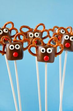 Add a festive touch to your holiday table with a quick and easy recipe and photo tutorial for Chocolate Reindeer Marshmallow Pops!