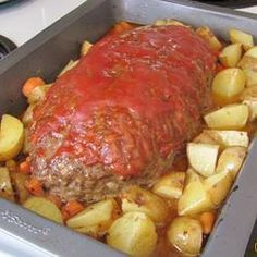 Meatloaf is sooo good.This easy meatloaf is flavored with garlic powder, mustard, ketchup and onion, then topped with a brown sugar, ketchup and mustard mixture. Easy Meatloaf, Meatloaf Recipes, Meat Recipes, Dinner Recipes, Cooking Recipes, Yummy Recipes, Dinner Ideas, Recipies, Tasty Recipe