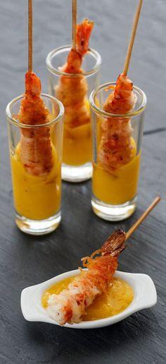 Brocheta de gamba crujiente con dip de mango