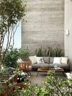 une belle terrasse en ville, bien aménagée , meubles de terrasse en ville, plantes vertes