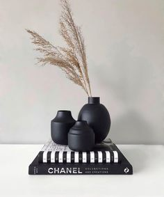 A 'Black Metal Vase' in your interior is like a 'Little Black Dress' in your closet. Home Living Room, Living Room Decor, Bedroom Decor, Online Candy Store, Black Vase, Metal Vase, Black Decor, Fashion Room, Home Decor Accessories