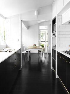 Bardon House » Vokes and Peters - zwarte vloer - rest wit met hout accenten.