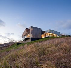 QLD Kerry Hill Architects via Residential Architecture, Modern Architecture, Kerry Hill Architects, House On A Hill, Modern Houses, Prefab, Minimalist Home, Home Deco, Great Places