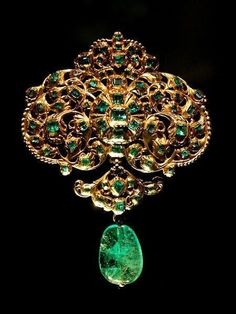 Spanish Emerald and Gold pendant . some of these emeralds are really Russian Chrome Diopside . the cabachon that hangs down is an emerald that is cut an polished but not faceted. Royal Jewelry, Indian Jewelry, Gold Jewelry, Jewelery, Fine Jewelry, Mughal Jewelry, Ancient Jewelry, Antique Jewelry, Vintage Jewelry