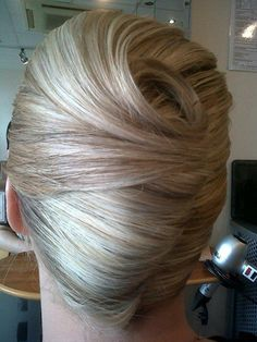 Because the New Yr approaches we needed to point out you beautiful French hair bun kinds to sport for particular occasions! French twist coiffure is essentially the most elegant and stylish seems to b French Knot Hairstyle, French Twist Updo, Roll Hairstyle, French Twists, French Hair, French Bun, Hair Updo, Hairstyle Short, Style Hairstyle