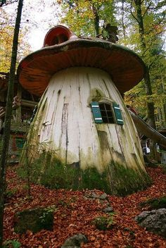 34 Fantastic Hobbit House Design Ideas With Most Beautiful Décor Fairy Houses, Play Houses, Hobbit Houses, Dream Houses, Casa Dos Hobbits, Mushroom House, Giant Mushroom, Brown Mushroom, Ideias Diy
