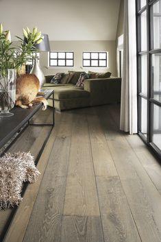 Verouderde houten plankenvloer. Deze vloer geeft een landelijke en authentieke uitstraling aan uw vloer. Wooden Flooring, Hardwood Floors, Diy Home Decor, Room Decor, Floor Colors, Living Room Inspiration, Entryway Decor, Living Room Designs, Sweet Home