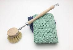"""Hæklet Karklud i sedge stitch Den er hæklet i enkelt bomuldsgarn 8/4 på nå nr. 3 Der er brugt ca.50 g. pr klud Mål 28×28 cm Den er hæklet i mønsteret sedge stitch, som du finder en guide på her Mønsteret er deleligt med 3+2 Start med at slå 68 luftmasker op. I 3 lm, fra nålen hækles nu 2 stangmasker, spring 2 luftmasker over og hækl """"1fm, 2 stgm"""" i næste maske. """"Spring 2 lm over, hækl 1fm, 2stgm i næste"""" Gentag rækken ud indtil du har 2 lm tilbage. Spring 1 lm over og hækl 1 fm"""