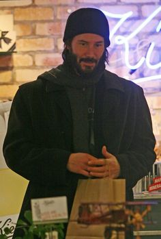 Keanu Reeves Photos Photos - A bearded Keanu Reeves shops and talks on his cell phone in Covent Garden. - Keanu Reeves in Covent Garden Keanu Reeves Life, Keanu Reeves Quotes, Keanu Reeves John Wick, Keanu Charles Reeves, Keanu Reeves Beard, Keanu Reaves, Celebrity List, Hugh Jackman, Actors & Actresses