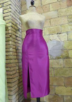 Falda midi con cintura alta y corte lateral lila.