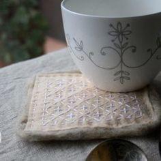 全て手作業の「がま口ポーチ」、もちろんオリジナルデザインの一点ものです。シンプルで飽きのこないデザイン。。。紅筆、マスカラなどもすっぽり入るサイズなのに、コンパクトに収まります。表は久留米絣、中は南仏アルルで購入した布を使って作っています。■サイズ:口金 約12cm■素材:表-久留米絣 / 糸-綿 草木染    裏-プロヴァンスプリント(綿) ☆注)糸は草木染めにつき、若干の色落ちがありますのでご了承下さい。   手づくりにつき、表記のサイズは若干の誤差があります。   表裏がほとんどわからないように作っています。