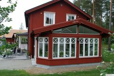 Swedish Cottage, Swedish Decor, Red Cottage, Cottage Homes, New England Hus, Sweden House, Red Houses, Small Porches, Red Barns