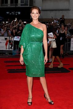 Katherine Heigl One Shoulder Dress - Katherine dazzles in a sparkling green one shoulder dress with a tie belt. She looks like a lovely mermaid.