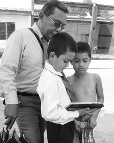 Predicando en Honduras,  mostrando videos de Caleb