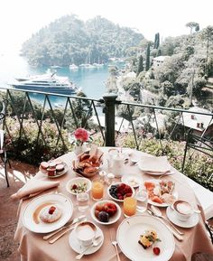 Oh how my heart longs to travel and wake up to a breakfast like this... 😩