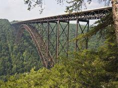 """Du haut de ses 267 mètres, le pont sur la gorge de la New River surplombe le parc national du même nom, en Virginie-Occidentale, aux États-Unis. C'est le deuxième plus haut pont routier du monde, derrière le viaduc de Millau. En octobre, pendant la """"Journée du Pont"""", celui-ci est fermé à la circulation. De nombreux touristes viennent alors profiter de la vue imprenable sur les montagnes."""