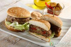 Farsz. Paprykę i ogórki pokrój w cienkie plasterki i wymieszaj z ketchupem Hellmann's.   Formuj i doprawiaj. Fix Knorr wymieszaj ze szklanką wody. Połącz z mięsem a następnie z mięsa uformuj 2 cienkie placki o średnicy bułki. Umieść między nimi łyżkę farszu, a krawędzie zlep ze sobą ściskając je.   Grilluj, smaż, piecz. Mięso grilluj lub usmaż na patelni. Bułki przekrój i opiecz.    Podawaj. W opieczoną bułkę włóż hamburgera z liściem sałaty. Przekrój na pół.  Rada: Dodatkowo do ...
