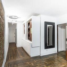 Móvel cheio de surpresas: durante dia um aparador a noite um bar   Projeto de @mkcarchitecture  #arquiteto #architects #architecture #arquitetura #archilovers #decor #decoração #decorando #design #decorlovers #furniture #interior #interiorstyle #interiordesign #instablog #instaidea #instaarchi #bar #smallspace #smallsurface #smallspaceliving #tinyhouse #tinyapartment #tinyhousemovement #inspiração #inspiration #apartamentopequeno by minimum_design