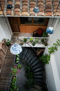 Images by Quang Dam. It is the old house in an alley on District Ho Chi Minh City. The partial of land is the typical long house in the cities of Vietnam, especially. Long House, My House, Narrow House Designs, Indochine, Facade Design, Outdoor Living Areas, Facade House, Tropical Houses, Interior Exterior