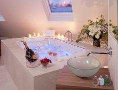 valentinstag romantische badewanne weisse rosenblueten kerzen