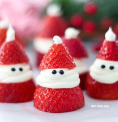 christmas food Strawberry Santas for Christmas! ADORABLE Christmas treat idea recipe that is delicious, so easy to make, and great for a Christmas party. Easy Christmas Treats, Christmas Deserts, Christmas Party Food, Xmas Food, Christmas Breakfast, Christmas Cooking, Holiday Desserts, Holiday Baking, Holiday Treats