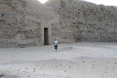 Chris en el Recinto amurallado de adobe de Khasekhemwy en Abidos , Egipto , Egypt , Abydos. | por Soloegipto