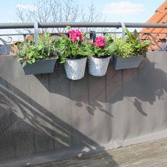 Eine extrem haltbare und langlebige Balkonbespannung in der aktuellen Optik von Geflechtmöbeln. Die Trendfarbe grau schafft modernes Ambiente und wirkt in Kombination mit der Materialstruktur sehr edel. Dieser Sichtschutz für den Balkon...