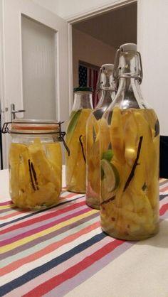 Atelier rhum arrangé !  Ananas/vanille bourbon et ananas/mangue/citron vert/vanille bourbon.