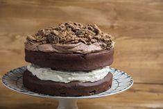 Κέικ μπισκότο από τον Άκη Πετρετζίκη. Φτιάξτε ένα πρωτότυπο κέικ σε σχήμα μπισκότο με παντεσπάνια και βουτυρόκρεμα σοκολάτας! Τέλεια τούρτα για παιδικό πάρτυ!
