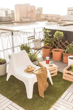 Create an outdoor space you love to hang out in! Find IKEA basics for planning your comfy outdoor hangout spot.
