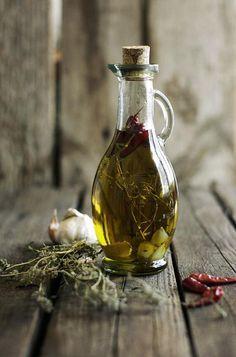Clave. Aceite de oliva. Tiene muchos beneficios pero si quieres disfrutar de ellos sera mejor que no sobrepases los 30 grs.al dia es decir 3 o 4 cucharadas de aceite al dia como maximo pues no olvides que es una grasa