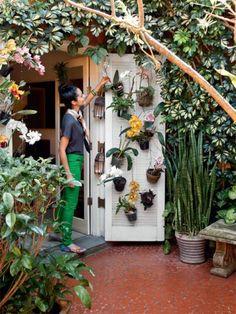 Sobrado paulistano com jardim de ervas, orquídeas e respeito ao tempo | CASA.COM.BR