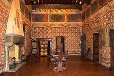 Quarto dos papagaios século 14 - Museo di Palazzo Davanzati, Florença   A sala de jantar do século 14, no Palazzo Davanzati é pintado com uma imitação de tapeçaria. Ela é chamada de quarto do Papagaio devido aos papagaios nos quadros e em torno dos losangos.   Acima deste estão painéis que mostram árvores. As janelas extremamente pequenas são características da época