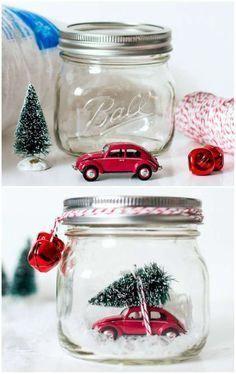 Voiture miniature avec un mini sapin dans un bocal en verre. 20 DIY de Noel avec des pots de verre #Xmas