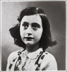 Anne Frank 1941, seis  milhoes de judeus morreram no holocausto , essa adolescente foi encontrada viva com seu diário entre os braços e nele conta a historia de como tudo aconteceu