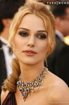 Keira Knightley wore a multi color Bulgari bib necklace at the 2006 Oscars. Elizabeth Taylor, Keira Christina Knightley, Celebrity Jewelry, Brown Blonde Hair, Celebrity Red Carpet, Fair Skin, Elegant Woman, Pretty Woman, Models