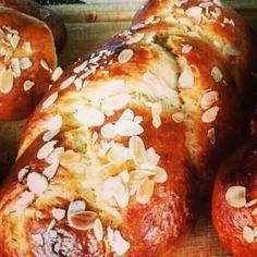 Μυστικά για το τέλειο τσουρέκι! Greek Cake, Greek Cookies, Greek Pastries, Greek Recipes, Soul Food, Bagel, Baked Goods, Food To Make, French Toast
