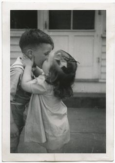 17 Vintage Photos Of Kids Getting Their First Kiss Ever Funny Vintage Photos, Vintage Children Photos, Vintage Humor, Vintage Photographs, Kiss Pictures, Old Pictures, Vintage Illustration, Kids Kiss, Vintage Kiss