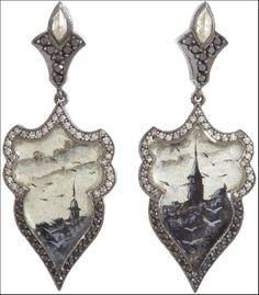 Orecchini in oro e argento con diamanti bianchi e brown e un edificio ottano di Istambul dipinto a mano
